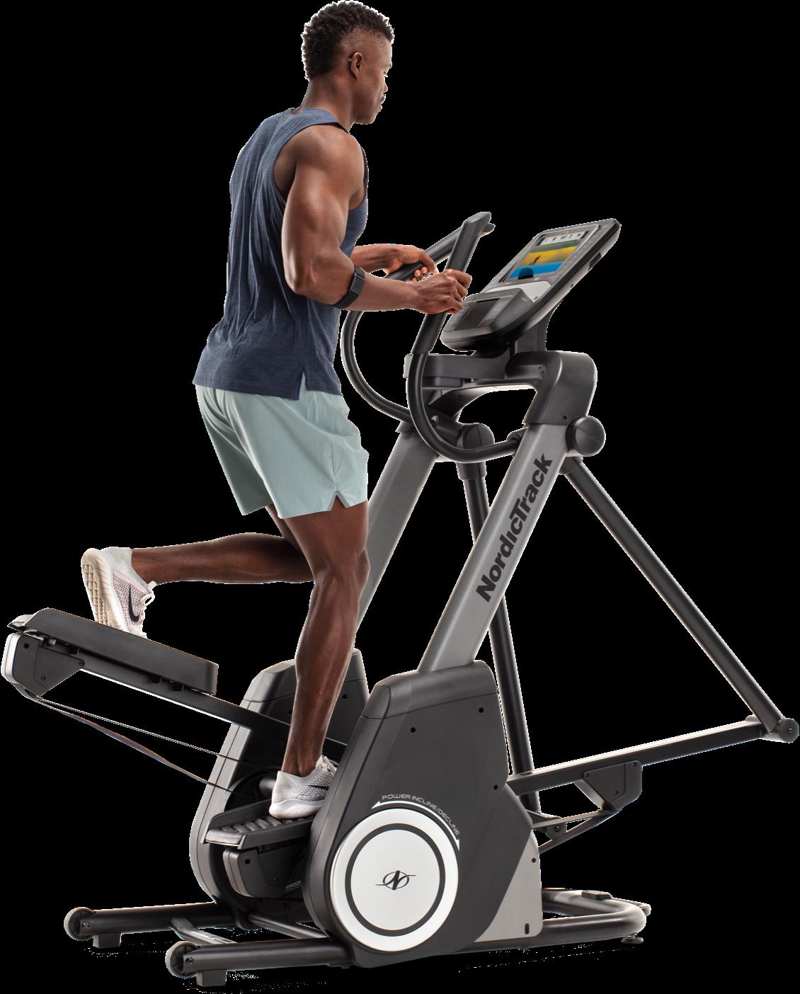 Homme utilisant une machine elliptique avec l'application iFit.